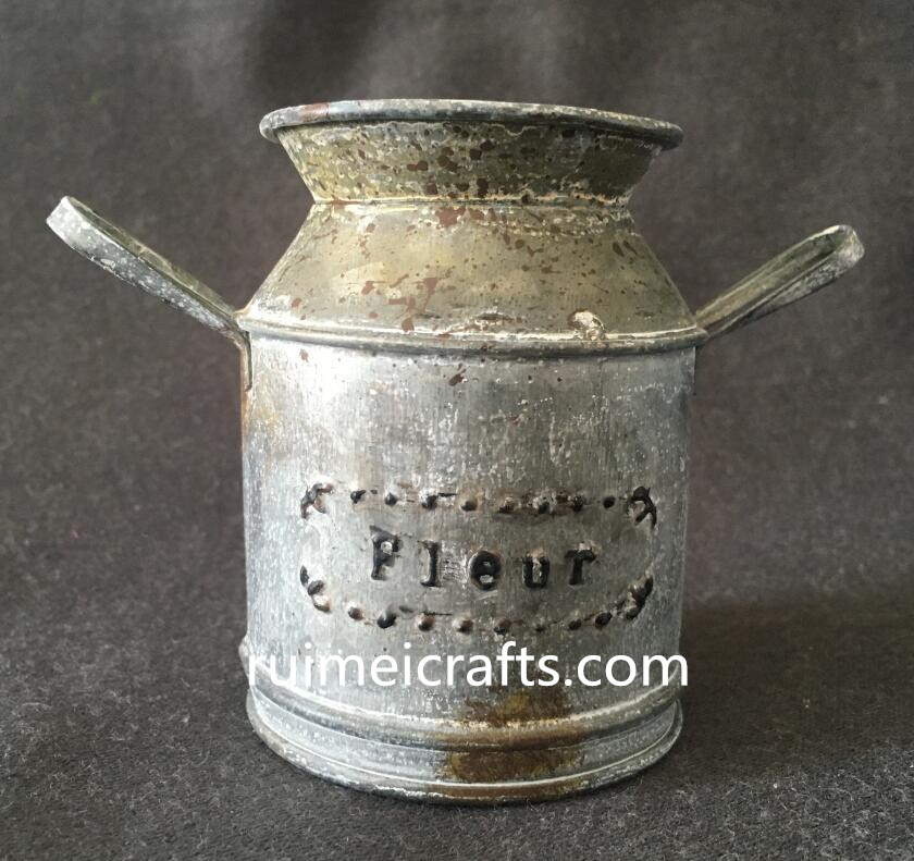 vintage effect tin watering can.JPG
